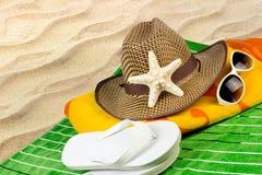 Strandhanddoek in zand royalty-vrije stock afbeelding