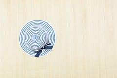Strandhatt på en sugrörfilt överst royaltyfria bilder