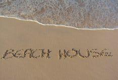 Strandhaus geschrieben worden in den Sand Stockbilder