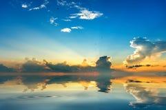 Strandhimmel reflektieren sich stockbilder