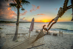 Strandhängmatta på solnedgången på turker och Caicos Arkivbild