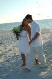 Strandhochzeitspaare gerade geheiratet Stockfotos