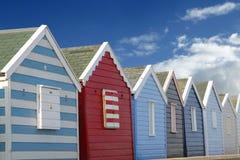 Strandhütten und blauer Himmel Stockfotos