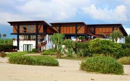 Strandhuis sandn in tropisch paradijs royalty-vrije stock foto's