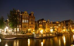 Strandhus i Amsterdam på natten Royaltyfri Bild