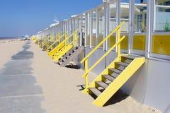 Strandhus längs havet, Nederländerna Arkivbilder