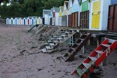 Strandhutten in verschillende kleuren in de stad Torquay stock foto's