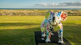 Strandingang met het kleurrijke brede beeld van Gold Coast Queensland Australië van het koalastandbeeld royalty-vrije stock fotografie