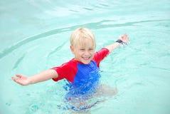 Strandjunge glücklich Lizenzfreies Stockfoto