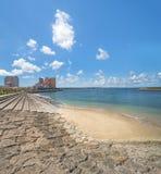 Strandküste gezeichnet mit Palmen der Verzerrungs-Küsten-, Eichenmode, der Depot-Insel-Küstengebäude und des Schiff-Hotels Campan stockbilder
