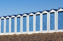 Strandkabinen (Heilig-Gilles-Croix-De-konkurrieren Sie in Frankreich) lizenzfreie stockfotografie