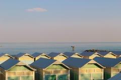Strandkabiner på Lidoen sätter på land i Venedig, Italien Arkivbilder
