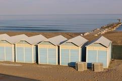 Strandkabiner på Lidoen sätter på land i Venedig, Italien Royaltyfri Fotografi