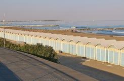 Strandkabiner på Lidoen sätter på land i Venedig, Italien Royaltyfria Foton
