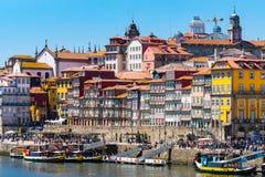Strandkantpromenad porto, Portugal, färgrika hus arkivbilder