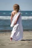 strandkläderflickan little går white Royaltyfri Fotografi