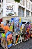 Strandkläderna shoppar i staden av Saintes-Maries-de-la-Mer Arkivbilder