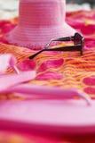 Strandkledij op picknickdeken Royalty-vrije Stock Foto's