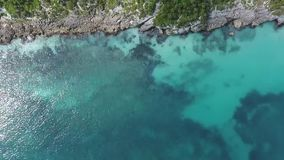 Strandklippen die in het blauwe overzees stijgen stock videobeelden