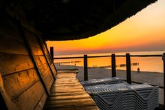 Strandkoffie door het overzees, mooie zonsondergang royalty-vrije stock foto