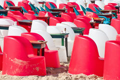 Strandkoffie met plastic stoelen en lijsten Royalty-vrije Stock Foto's