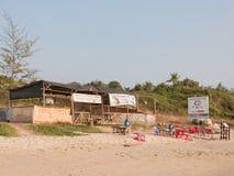 Strandkoffie op het zand Stock Afbeeldingen