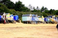 Strandkojor, brunnar därefter havet, Norfolk. Royaltyfri Bild