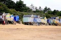 Strandkojor, brunnar därefter havet, Norfolk royaltyfria foton