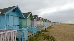 Strandkojor i den västra Mersea ön royaltyfria bilder
