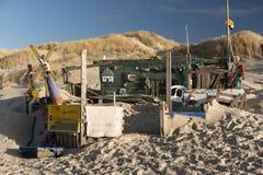 Strandkojor och annan anmärker ut ur vrakgods och vrakgods Arkivfoton