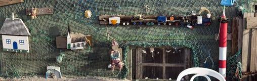 Strandkojor och annan anmärker ut ur vrakgods och vrakgods Arkivbilder