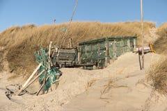 Strandkojor och annan anmärker ut ur vrakgods och vrakgods Royaltyfri Foto