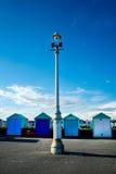 4 strandkojor och gatalampa på Brighton Promenade Royaltyfri Bild
