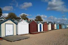 Strandkojor på den Mersea ön Essex England Royaltyfria Bilder