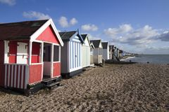 Strandkojor på den Thorpe fjärden, Essex, England arkivfoto