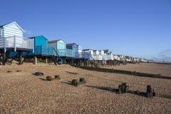 Strandkojor på den Thorpe fjärden, Essex, England arkivbild