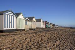 Strandkojor på den Thorpe fjärden, Essex, England royaltyfria foton