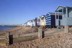 Strandkojor på den Thorpe fjärden, Essex, England royaltyfria bilder