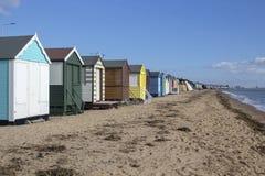 Strandkojor på den Thorpe fjärden, Essex, England arkivfoton