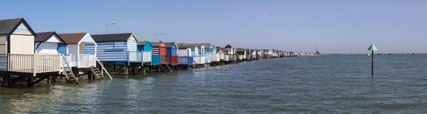 Strandkojor på Thorpe Bay i Essex arkivfoto