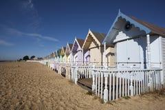 Strandkojor, västra Mersea, Essex, England royaltyfri foto