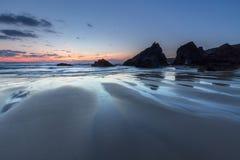Strandkonturer, Bedruthan moment, Cornwall arkivfoton
