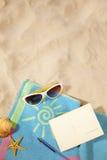 Strandkonzept mit Postkarte Stockfotos