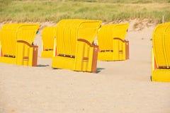 Strandkorb de chaises en osier de plage Image libre de droits