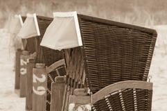 Strandkorb Strandkoerbe, strandstolar Arkivbild