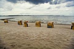 Strandkorbs auf Strand Stockfotografie