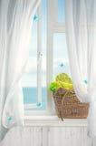 Strandkorg i fönster Arkivfoton