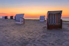 Strandkorgar på stranden av Harlesiel arkivbild