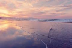 Strandkust på sommar på solnedgången Arkivfoto