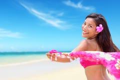 Strandkvinna i bikinin som är lycklig på semester Royaltyfria Bilder